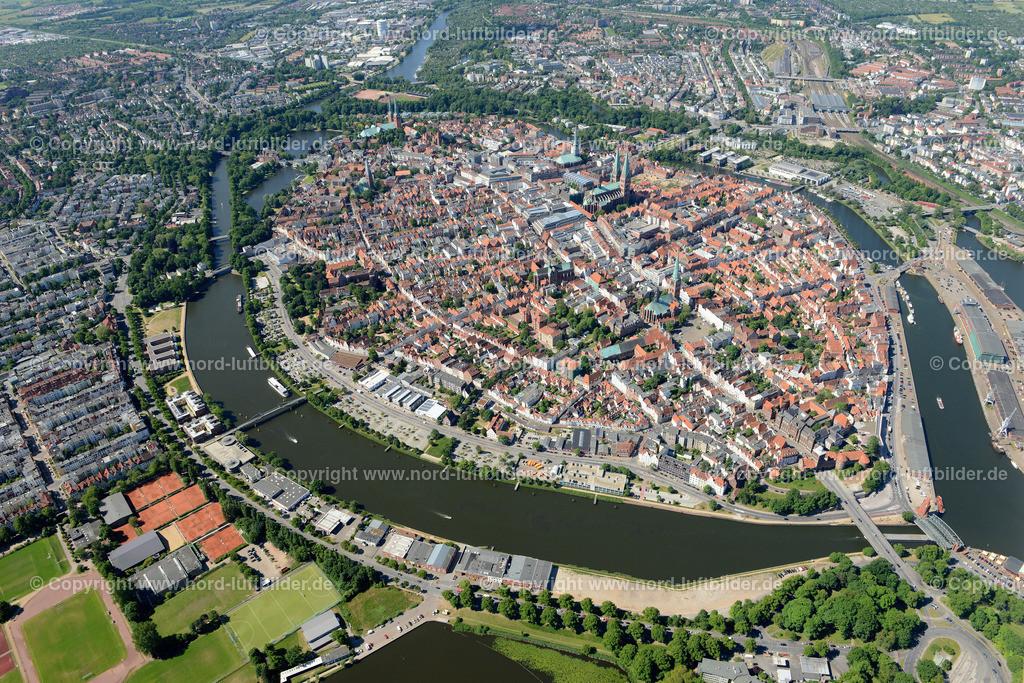 Lübeck_ELS_8371151106 | Lübeck - Aufnahmedatum: 10.06.2015, Aufnahmehoehe: 588 m, Koordinaten: N53°52.571' - E10°42.071', Bildgröße: 7360 x  4912 Pixel - Copyright 2015 by Martin Elsen, Kontakt: Tel.: +49 157 74581206, E-Mail: info@schoenes-foto.de  Schlagwörter;Foto Luftbild,Altstadt,HolstenTor,Kirche,Hanse,Hansestadt,Luftaufnahme,