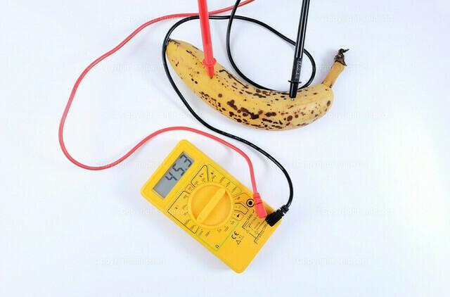 Versuch der Strommessung in einer Banane   Konzept einer Versuchsanordnung im Rahmen eines Schulunterrichts.