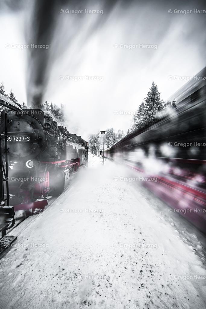 Vorsicht Einfahrt!   Harzer Schmalspurbahnen im Bahnhof Schierke bei der Einfahrt
