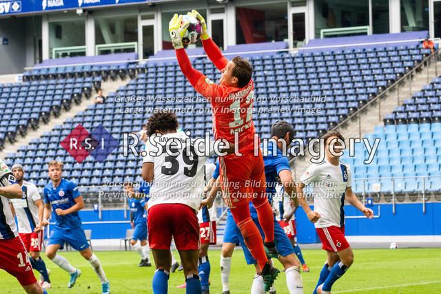 Fußball, Herren, Testspiel, Hamburger SV - FC Hansa Rostock, Volksparkstadion, 09.08.2020 | Bryan Hein (#39 HSV), Tom Mickel (#12 HSV Torwart)