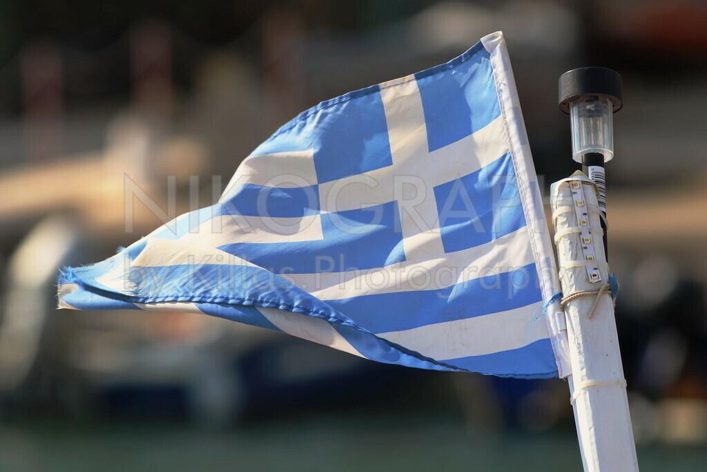 Griechische Fahne | Die griechische Fahne am Masten eines Fischerbootes.