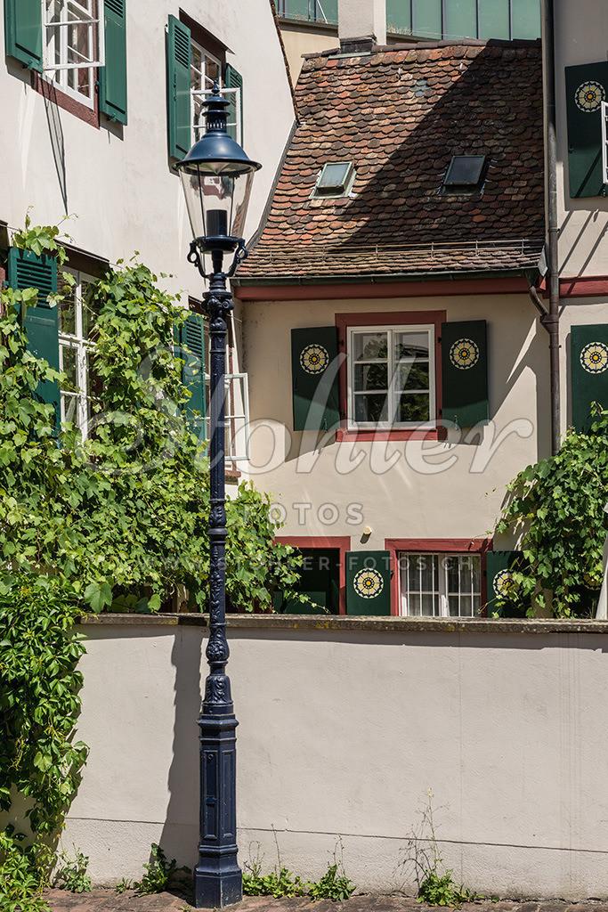 Schmales Haus, Basel (BS) | Schmales Haus im St. Alban Tal in Basel, im Vordergrund eine Strassenleuchte, Kanton Basel-Stadt.