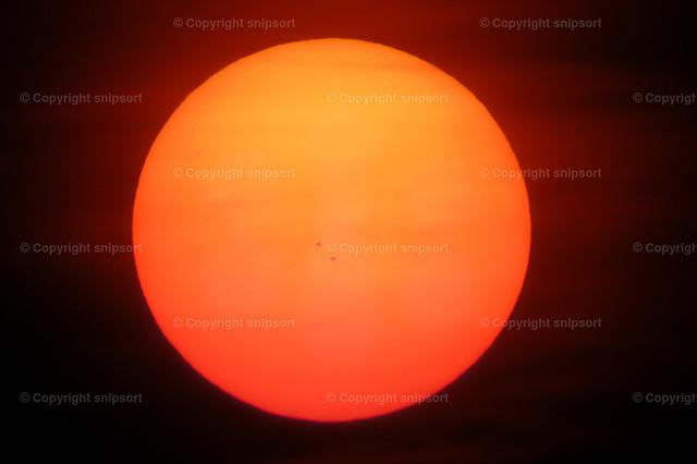 Sonnenscheibe | Sonne kurz vor dem Sonnenuntergang bei großer Brennweite mit sichtbaren Sonnenflecken.