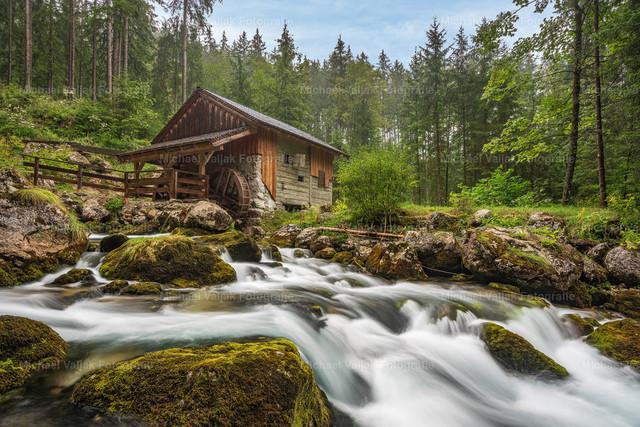 Mühle am Gollinger Wasserfall | Auf dem Weg zum Gollinger Wasserfall im Tennengau in Österreich kommt man an dieser kleinen Mühle vorbei. Sie liegt mitten im Wald am Schwarzbach.