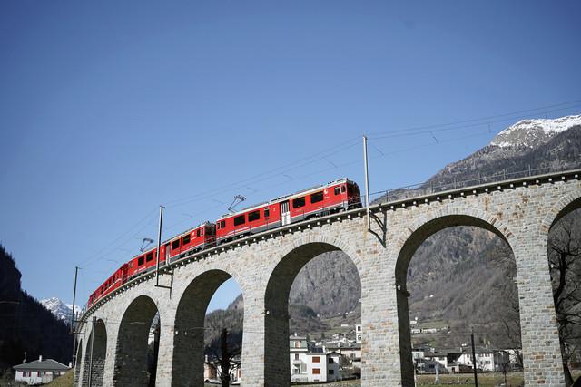 RhB ABe 4/4 III 54 & RhB ABe 4/4 III 53 | Ein Regionalzug durchfährt die Kehrschleife von Brusio.