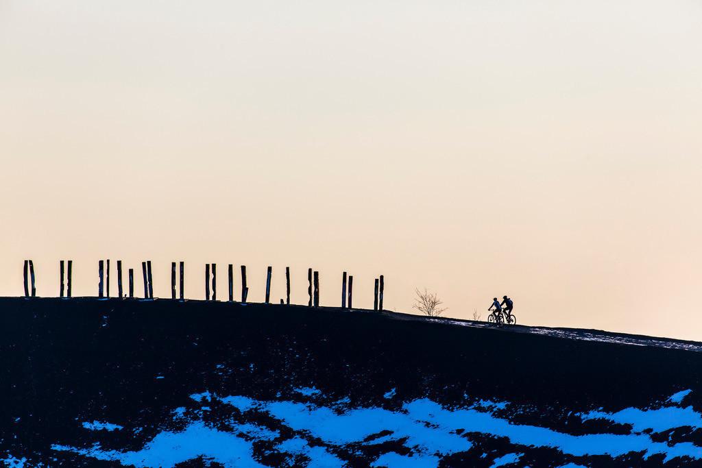 JT-160216-069   Halde Haniel in Bottrop, Mountainbiker, Radfahrer, auf der Bergehalde,  Installation Totems von