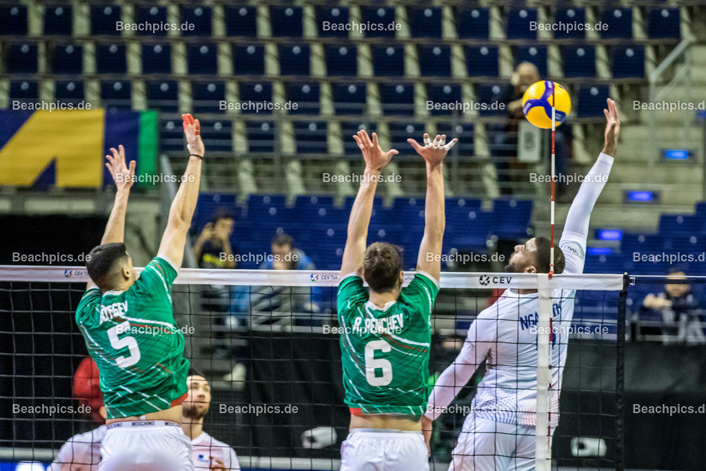 2020-00057072-CEV-European-Olympic-Qualification-Tokyo-2020 | Angriff NGAPETH Earvin #9 (Outside spiker - FRA) gegen Block GOTSEV Svetoslav #5 (Middle blocker - BUL), PENCHEV Rozalin #6 (Outside spiker - BUL); 06.01.2020; Berlin, ; Foto: Gerold Rebsch - www.beachpics.de