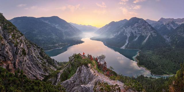 Wächter | Welch ein Gefühl, nach einem knackigen Anstieg vor Sonnenaufgang an einem der wahrscheinlich schönsten Ausblicke der Alpen zu stehen! Wie ein Fjord erstreckt sich der See fast bis zum Horizont, wo er im Frühnabel verschwindet.
