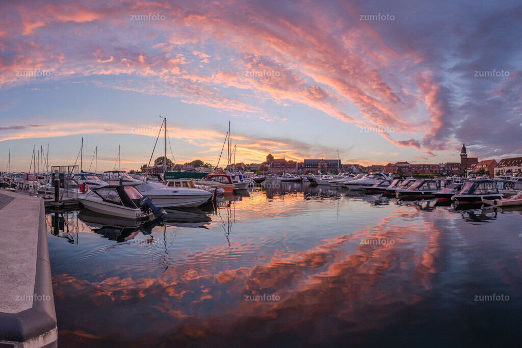 180712_2136-6422-32-A | Der Stadthafen von Waren (Müritz) kurz nach Sonnenuntergang.   ⠀⠀⠀⠀⠀⠀⠀⠀⠀ Das Bild entstand im Juli kurz nach Sonnenaufgang. Zu sehen ist der Stadthafen mit den Booten sowie die Marienkirche und Georgenkirche. ⠀⠀⠀⠀⠀⠀⠀⠀⠀ --Dateigröße 5300 x 3500 Pixel--