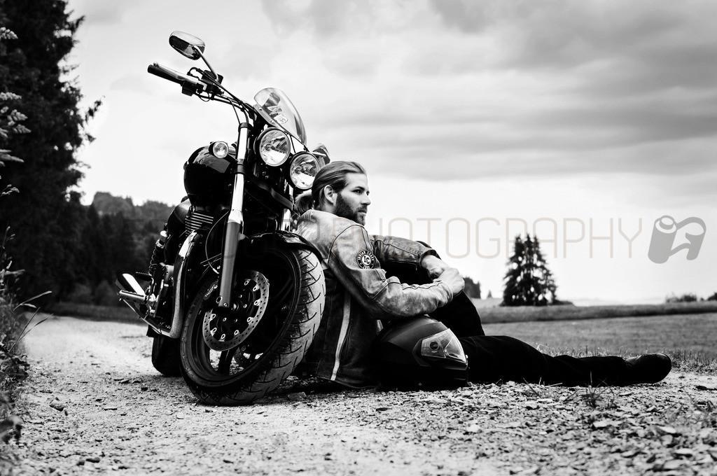 Kurze Pause | Motorrad Fotoshooting mit Model Dani
