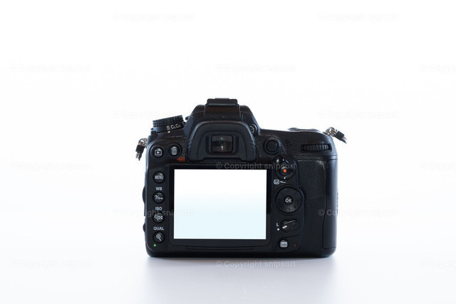 Eine DSLR-Kamera (freigestellt) | Eine freigestellte DSLR-Kamera mit eingeschaltetem Live-View-Monitor