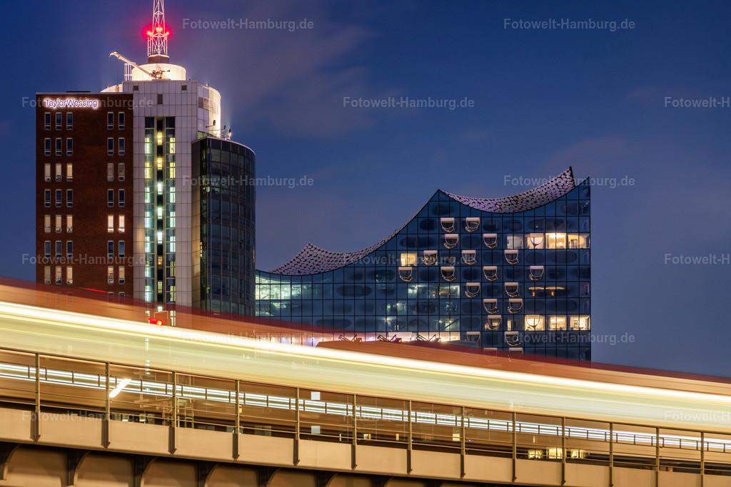 10210704 - Lichtspuren | Blick auf die Elbphilharmonie und das Columbus Haus hinter den Lichtspuren einer vorbeifahrenden U-Bahn.