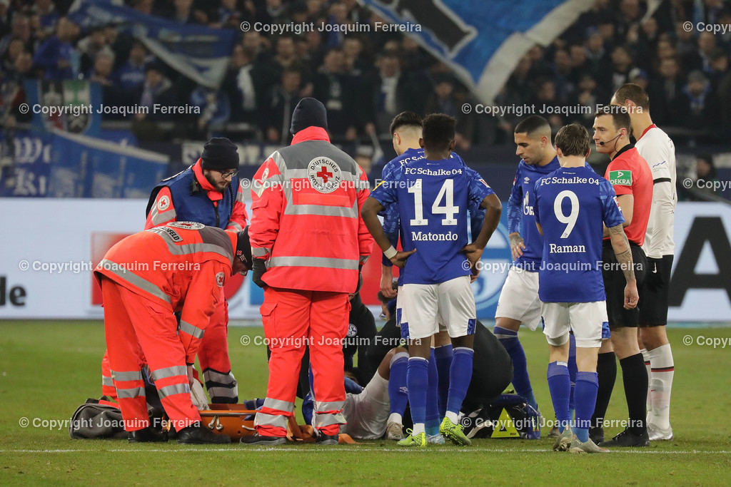 191215_schvssge_0054 | 15.12.2019 Fussball 1.Bundesliga, FC Schalke 04 - Eintracht Frankfurt  emspor  v.l.,  Weston McKennie (FC Schalke 04) wird behandelt am Boden     (DFL/DFB REGULATIONS PROHIBIT ANY USE OF PHOTOGRAPHS as IMAGE SEQUENCES and/or QUASI-VIDEO)