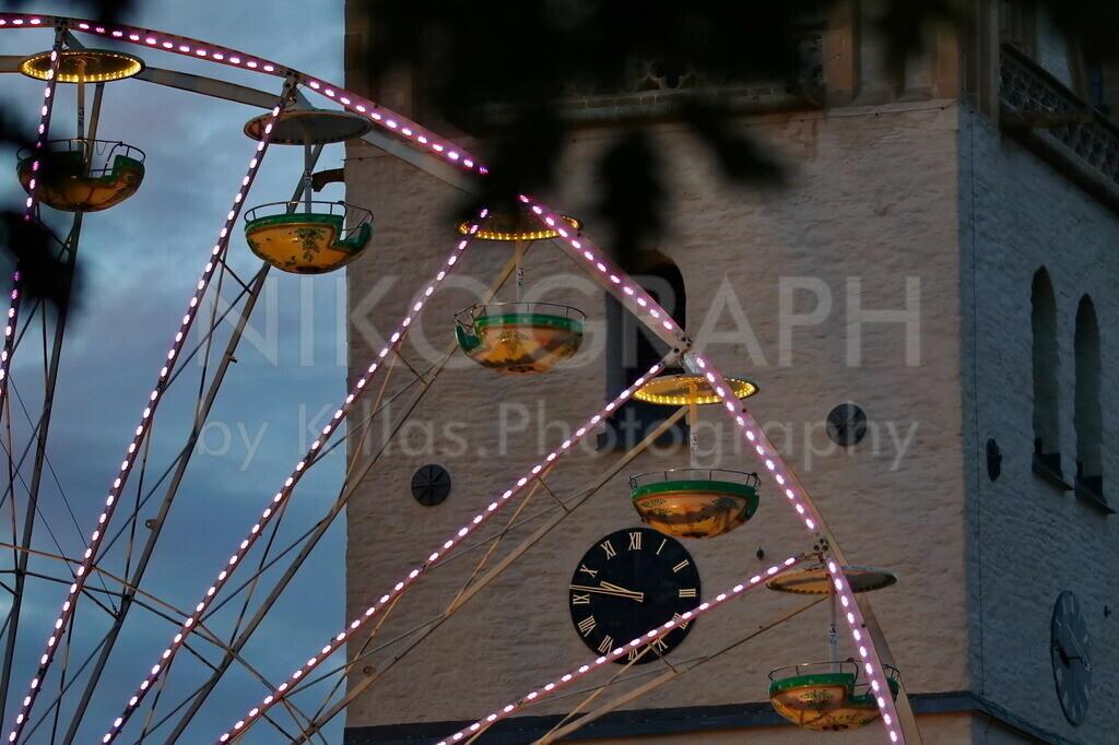Riesenrad vor dem Kirchturm der Vincenzkirche | Das Riesenrad vor der Uhr des Kirchturms der Pfarrkirche St. Vincenz während der Pfingstkirmes in Menden.