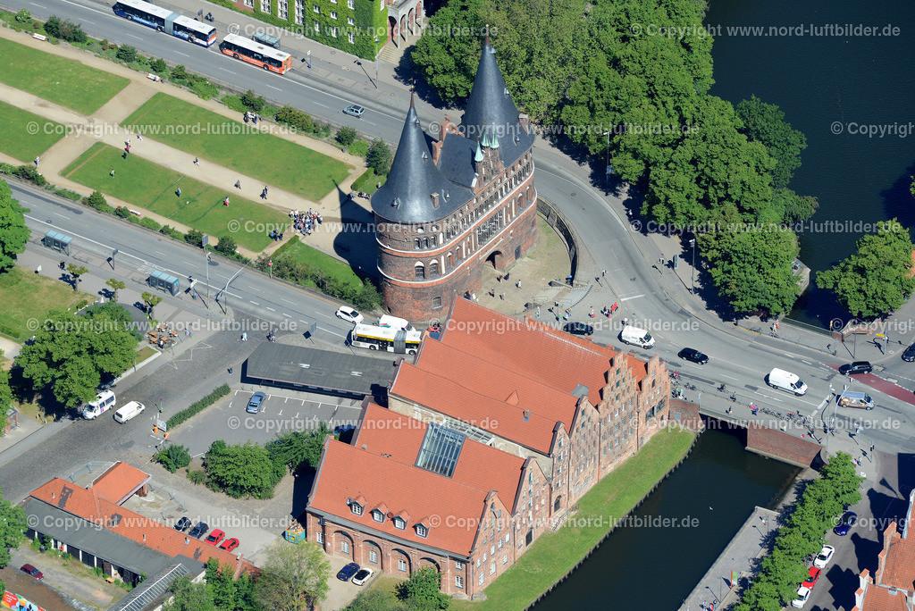 Lübeck_ELS_8557151106 | Lübeck - Aufnahmedatum: 10.06.2015, Aufnahmehoehe: 609 m, Koordinaten: N53°51.585' - E10°41.255', Bildgröße: 5432 x  3626 Pixel - Copyright 2015 by Martin Elsen, Kontakt: Tel.: +49 157 74581206, E-Mail: info@schoenes-foto.de  Schlagwörter;Foto Luftbild,Altstadt,HolstenTor,Kirche,Hanse,Hansestadt,Luftaufnahme,