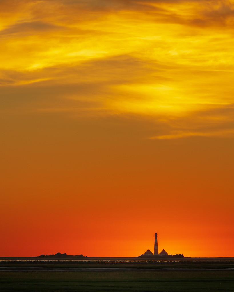 Sky Fire I | Intensives Abendrot über dem Leuchtturm Westerhever