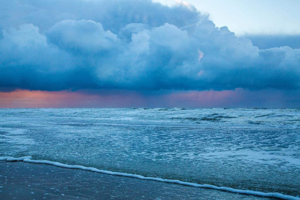 JT-131130-015   Nordseestrand, aufgewühlte See, Wolkenberge, bei einem Herbststurm
