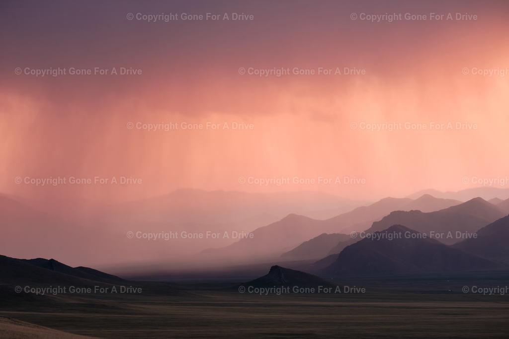 Mongolei | Regenwolken über mongolischer Berglandschaft