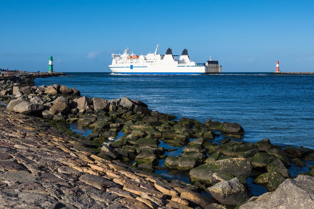Mole und Schiff an der Ostseeküste in Warnemünde | Mole und Schiff an der Ostseeküste in Warnemünde.