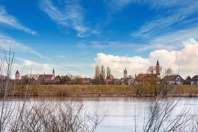 Donau bei Straubing mit Blick auf die Skyline