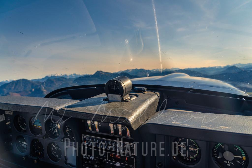 In die Berge | Blick über das Cockpit in die Berge