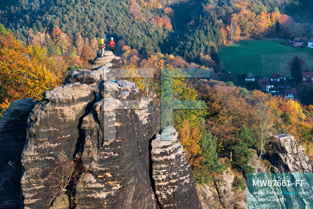 MW07661-FF | Deutschland | Sachsen | Sächsische Schweiz | Bergsteiger auf einem Felsturm nahe der Bastei, einer Felsformation und dem berühmtesten Wahrzeichen des Elbsandsteingebirges  ** Feindaten bitte anfragen bei Mario Weigt Photography, info@asia-stories.com **