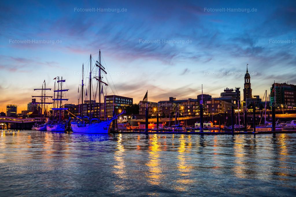 10200715 - Blaue Stunde am Niederhafen | Eindrucksvolle Abendstimmung am Niederhafen mit Blick auf den Michel und die Segelschiffe