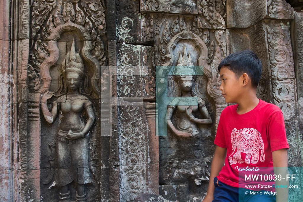 MW10039-FF | Kambodscha | Siem Reap | Reportage: Sombath erkundet Angkor | Sombath besucht Ta Prohm, den Dschungeltempel mit vielen Steinreliefs der Apsara-Tänzerinnen.  Der achtjährige Sombath lebt in Kambodscha im Dorf Anjan, sechs Kilometer westlich von Siem Reap entfernt. In seiner Freizeit nimmt ihn manchmal sein Onkel in die berühmte Tempelanlage von Angkor mit. Besonders mag er die riesigen Wurzeln der Kapokbäume, die auf den uralten Mauern wachsen. Seine Lieblingstempel in Angkor sind Ta Prohm, Banteay Kdei und Preah Khan.  ** Feindaten bitte anfragen bei Mario Weigt Photography, info@asia-stories.com **