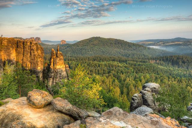 Brosinnadel in der Sächsischen Schweiz   Blick zur Brosinnadel, einem sehr markanten Felsen an der nördlichen Spitze der Affensteine in der Sächsischen Schweiz, angeleuchtet vom warmen Licht der frühen Morgensonne.