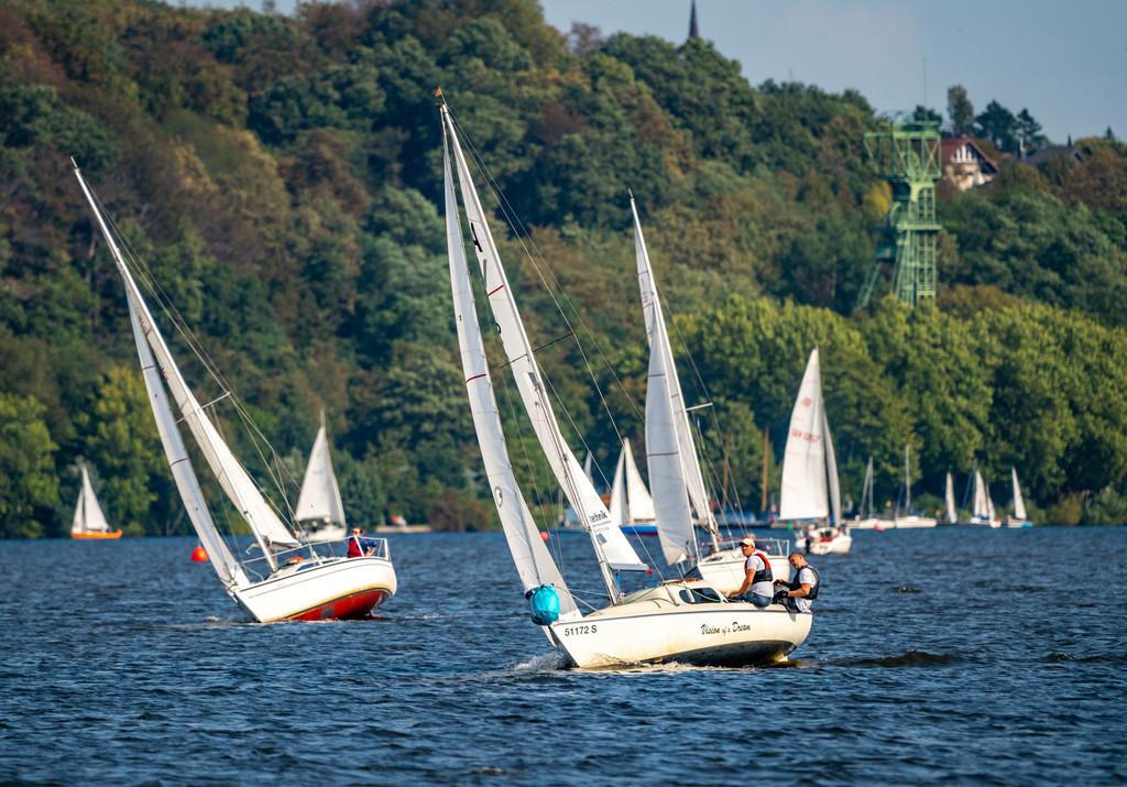JT-200912 | Der Baldeneysee in Essen, Stausee der Ruhr, Segelregatta, hinten Fördergerüst der ehemaligen Zeche Carl Funke, Segelboote, Essen, NRW, Deutschland