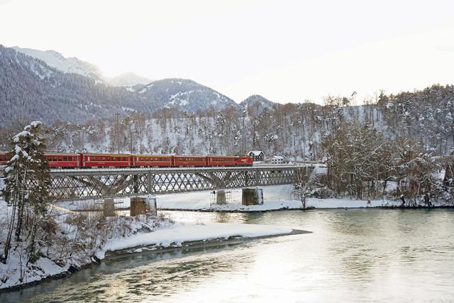 RhB Ge 4/4 II 623 | Die Lok der Rhätischen Bahn zieht Ihren Zug durch das Rheintal in Richtung Disentis. Aufgenommen wurde das Bild auf der Rheinbrücke in Reichenau-Tammins im Kanton Graubünden. Unterhalb dieser Brücke befindet sich der Zusammnefluss von Vorder- und Hinterrhein. Hier beginnt der 1.232,7 km lange Fluss durch West- und Mitteleuropa.