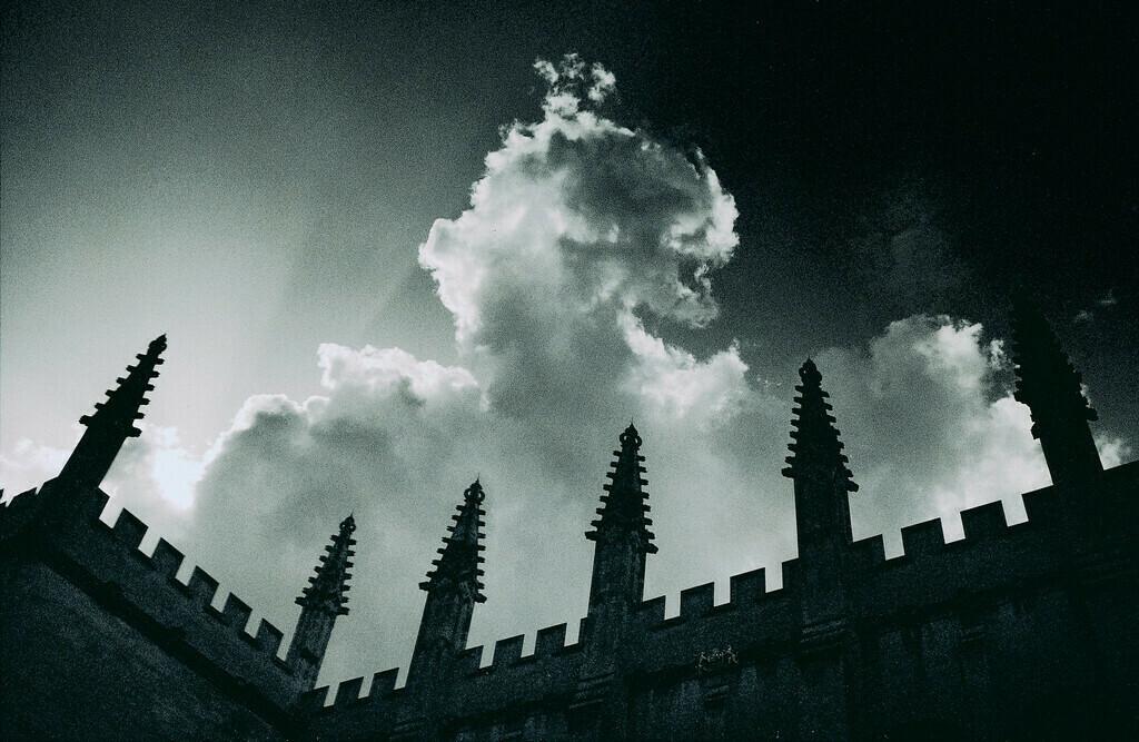 Statement! | Dachzinnen mit Wolken, Oxford, England