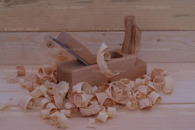 Tischlerei | Holzspäne mit Handhobel in einer Holzwerkstatt
