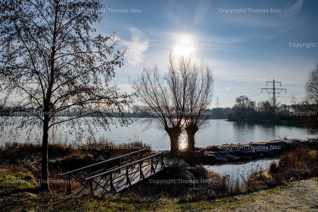 DSC_5427   Bensheim, Naturschutzzentrum, Ufer der Erlache, Gegenlicht, Winterstimmung, Sonne, Wasser, Brücke,  Bild: Thomas Neu
