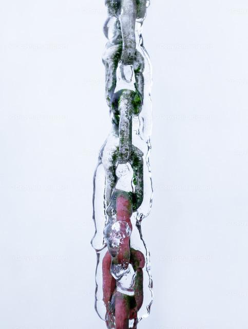 Vereiste Kette im Winter | Gefrorenes, herabfließendes Wasser an einer Kette.