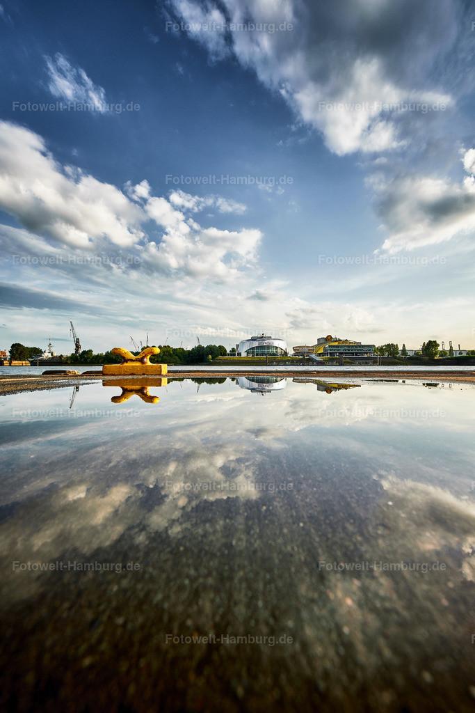 10190606 - Weiter Himmel | Faszinierende Wasserspiegelung im Hamburger Hafen.