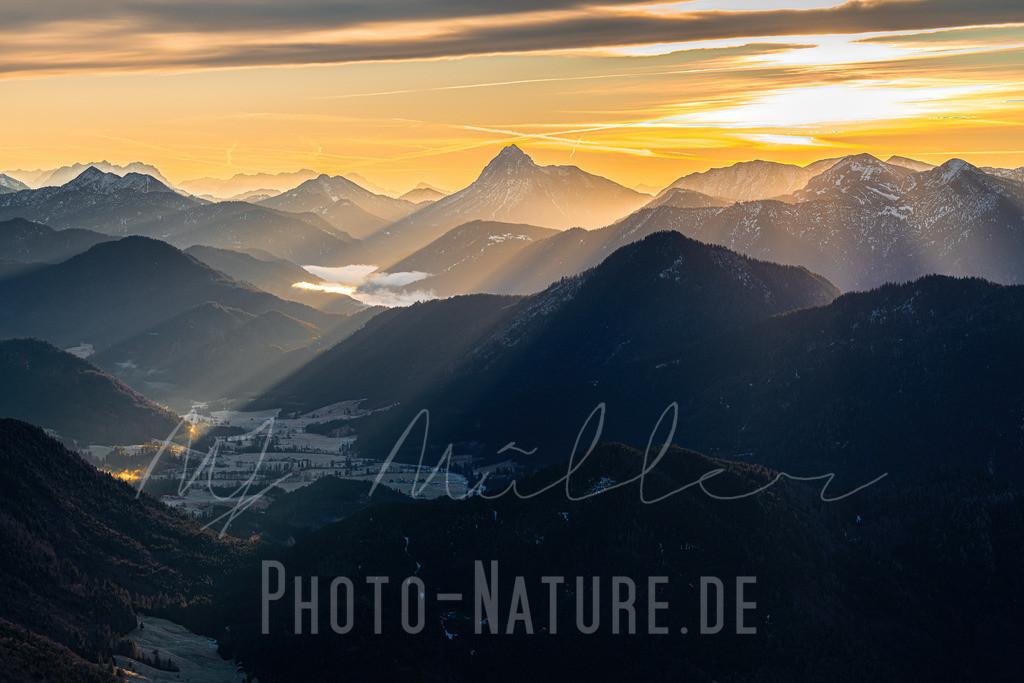 Die ersten Sonnenstrahlen des Tages | Die Sonne dringt bis in das Tal vor und lässt einen neuen Tag in den Bergen beginnnen.