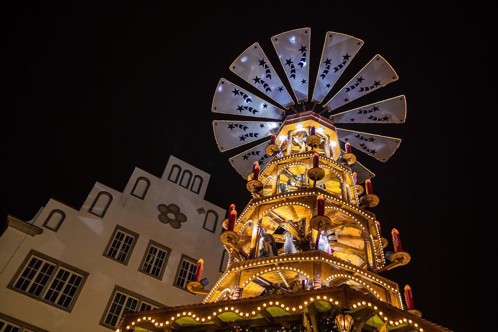 rk_06033 | Eine Pyramide auf dem Weihnachtsmarkt in Rostock.