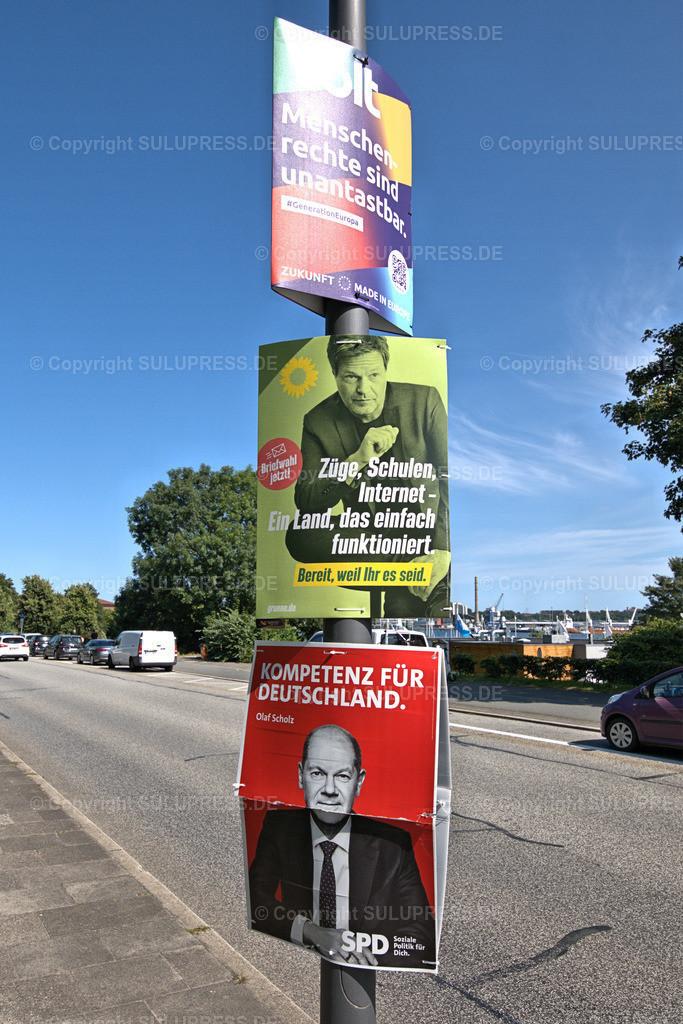 Wahlplakate zur Bundestagswahl 2021 in Kiel   Kiel, Wahlplakate verschiedener Parteien zur Bundestagswahl 2021 an einem Laternenpfahl im Düsternbrooker Weg. Auf den Wahlplakaten werben die Parteien Volt Europa, Bündnis90/Die Grünen mit Robert Habeck und die SPD mit Olaf Scholz.