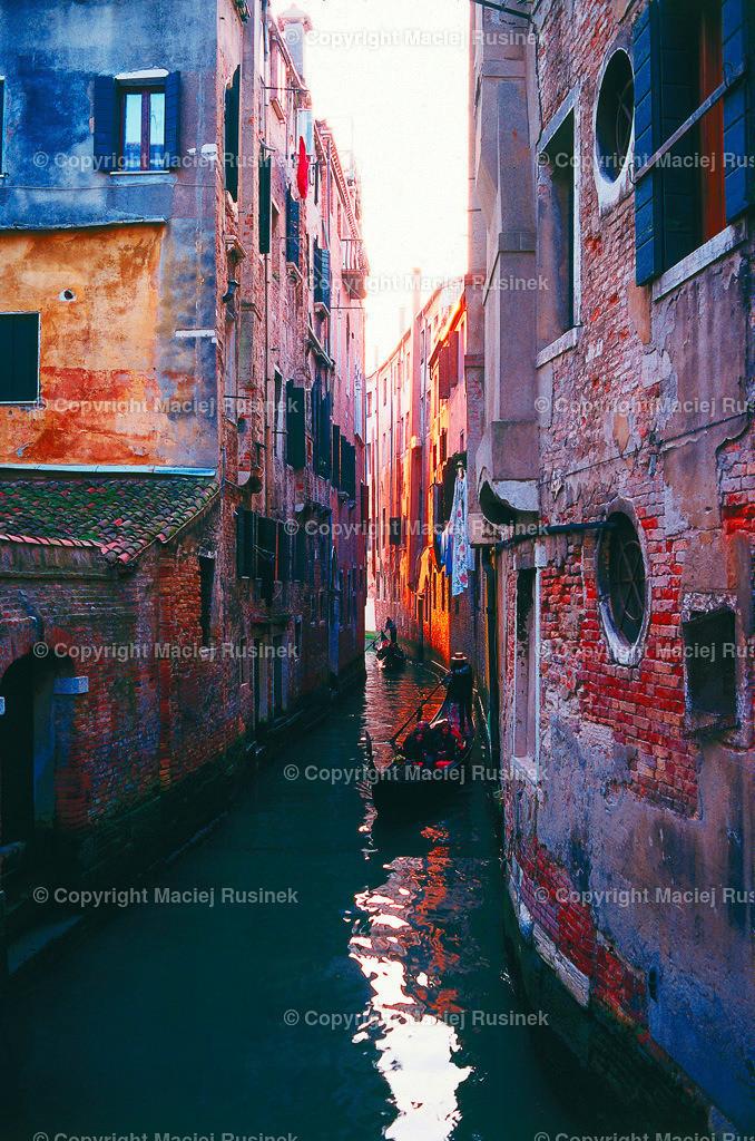 Venedig_6 | Venedig Kanal Aufnahme auf konventionellen Dia Film Material von Fuji Velvia Prof im Jahr 1992, mit Mittelformat Kamera 4,5x6 cm, hochauflösend gescannt,