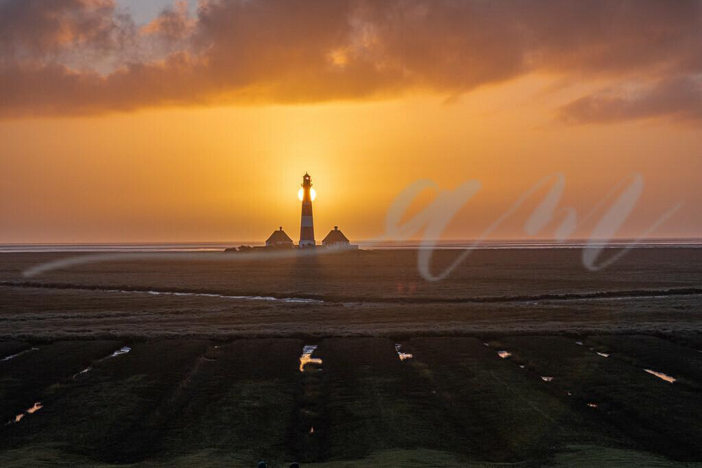 Mirs020-9423 | leuchtturm, sonnenuntergang, westerhever, abendhimmel, abends, wolken, sonne, tagesende, oranger himmel,