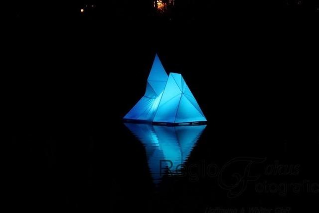Spitze des Eisbergs | Eine schwimmende Lichtinsel mit der Symbolik eines Eisbergs von Wolfgang Jeske.