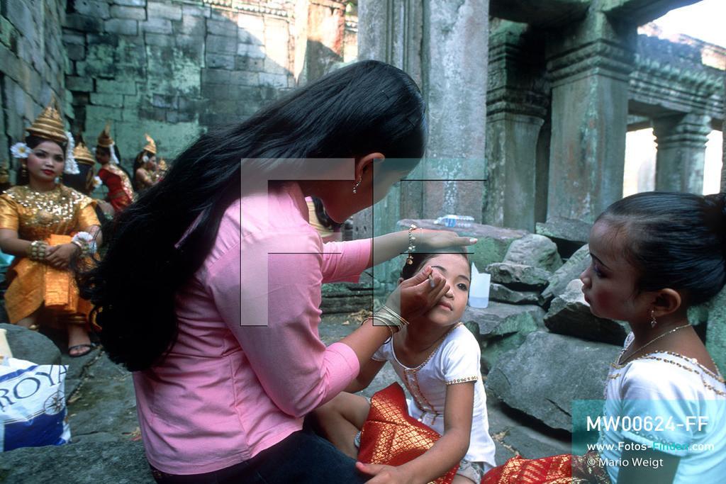 MW00624-FF | Kambodscha | Siem Reap | Reportage: Apsara-Tanz | Apsara-Tänzerinnen beim Schminken im Tempel Preah Khan. Kambodschas wichtigstes Kulturgut ist der Apsara-Tanz. Im 12. Jahrhundert gerieten schon die Gottkönige beim Tanz der Himmelsnymphen ins Schwärmen. In zahlreichen Steinreliefs wurden die Apsara-Tänzerinnen in der Tempelanlage Angkor Wat verewigt.   ** Feindaten bitte anfragen bei Mario Weigt Photography, info@asia-stories.com **