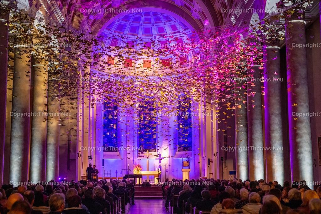 DSC_7740   Bensheim, Kirche Sankt Georg, Abschlusskonzert unter der Friedenstauben-Installation mit dem Duo Bollwerk , Illumination der Kirche,   ,, Bild: Thomas Neu
