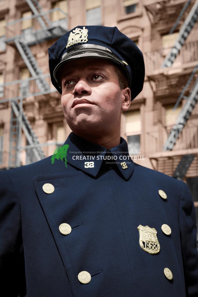 New Yorker Polizist im Stadtteil Harlem 1943 | New Yorker Polizist im Stadtteil Harlem 1943. Originalfoto in Schwarz-Weiß, koloriert in Farbe.