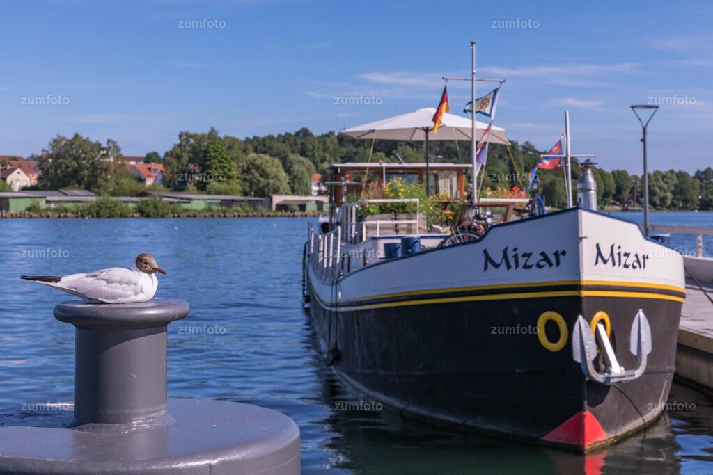 170709_1658-8018-A | --Dateigröße 6720 x 4480 Pixel-- Satdthafen von Waren mit Hausboot am Wellenbrecher