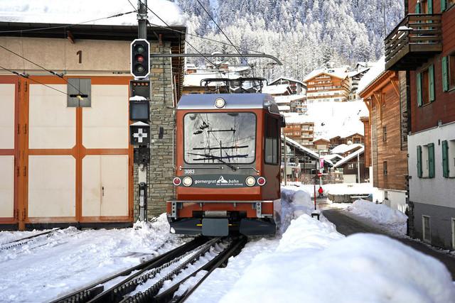 Bhe 4/6 3083 | Die Einfahrt der Gornergratbahn in den Bahnhof Zermatt