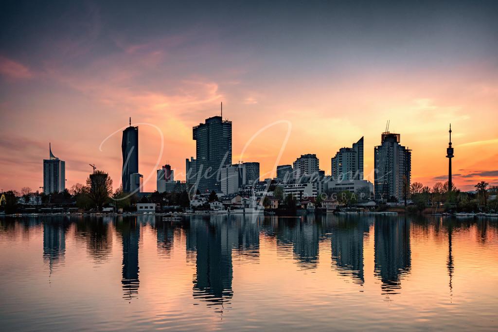 Abendrot | Abendrot mit Blick auf Donaucity und Donauturm an der alten Donau in Wien
