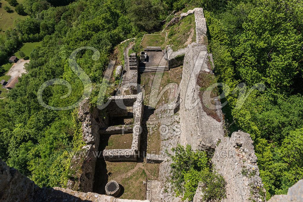 Schlossruine Waldenburg (BL) | Blick vom Turm auf die Resten der Ruine, Waldenburg im Kanton Baselland.