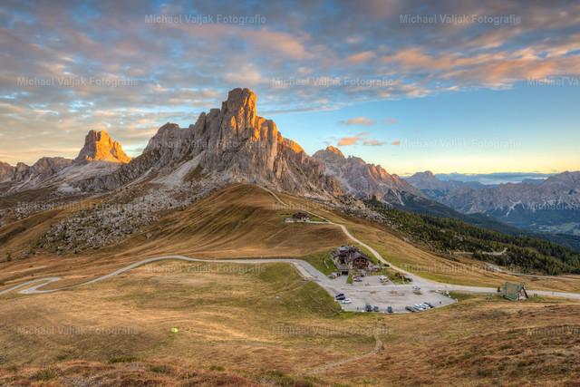 Passo di Giau | Der Passo di Giau ist ein Gebirgspass zwischen Pocol / Cortina d'Ampezzo und Selva di Cadore in der italienischen Provinz Belluno. Er zählt zu den schönsten Pässen der Dolomiten. Von einem kleinen Hügel hat man diesen wunderschönen Blick über den 2.236 m hoch gelegenen Pass mit dem Monte Nuvolau im Hintergrund.  An diesem Morgen hatte ich Glück, es waren ein paar schöne Wolken am Himmel die zusammen mit den Berggipfeln von den ersten Sonnenstrahlen des Tages angeleuchtet wurden.